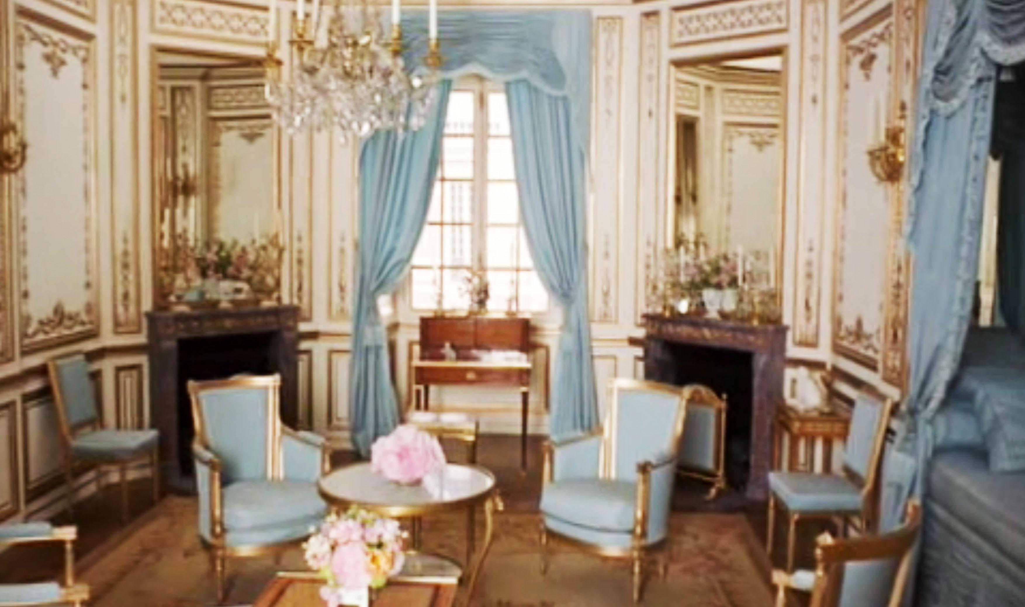 Los interiores son importantísimos en la película. Marie Antoinette llega a Versailles, abre una puerta camuflada con tela en la pared de su dormitorio y ve